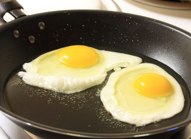 Frying eggs in pan