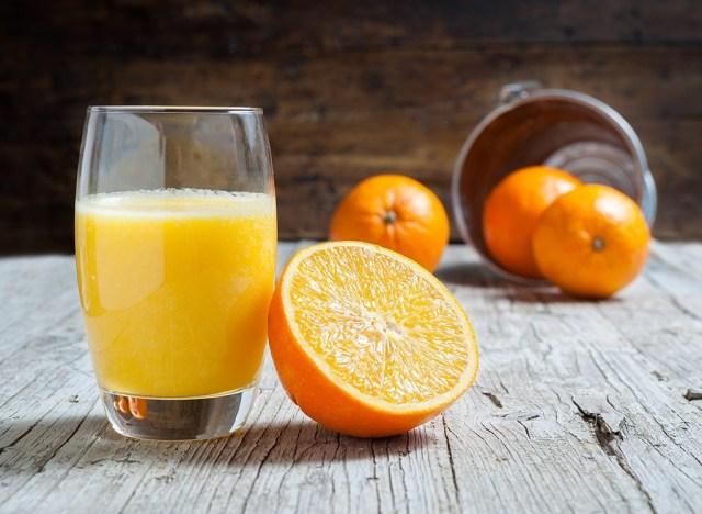 Orange juice with fresh oranges